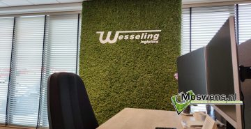 Moswand met logo wesseling transport